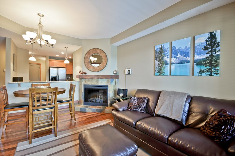 Award-winning Canmore 2-bedroom, superb location!, location de vacances à Les Rocheuses canadiennes