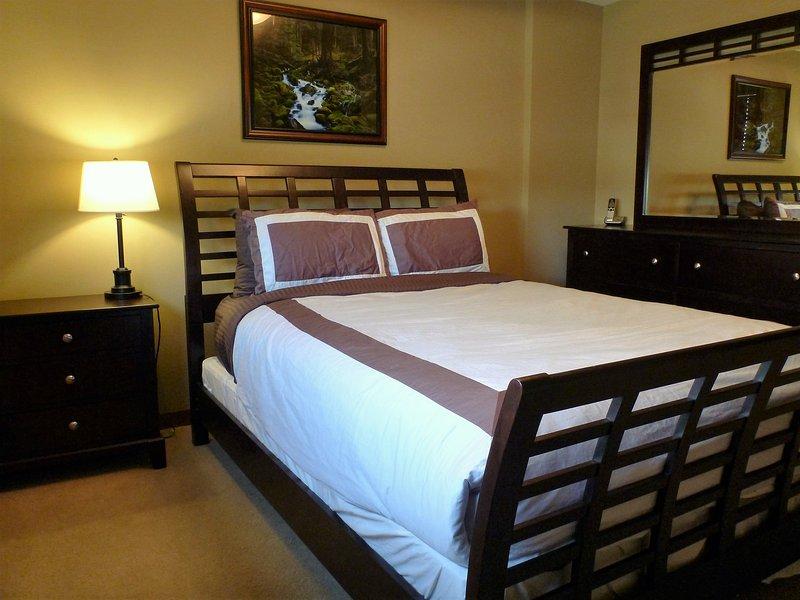 El dormitorio principal con colchón de calidad superior (w algodón / orgánico), un armario y un montón de cajones