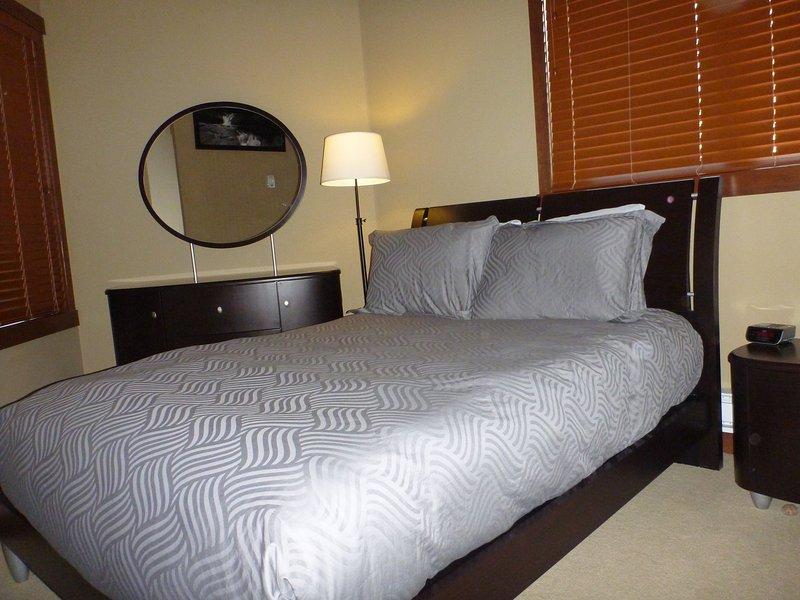 Tamaño normal segunda cama, con colchón de alta calidad y un armario