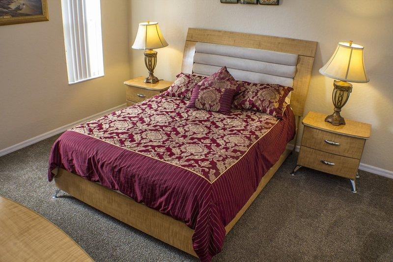 """Chambre à coucher principale 2, avec un lit King Size, salle de bains et 32 """"TV à écran plat."""