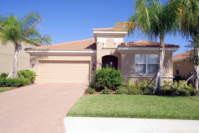 Luxuriously Furnished Executive Villa with Privacy, holiday rental in Bradenton