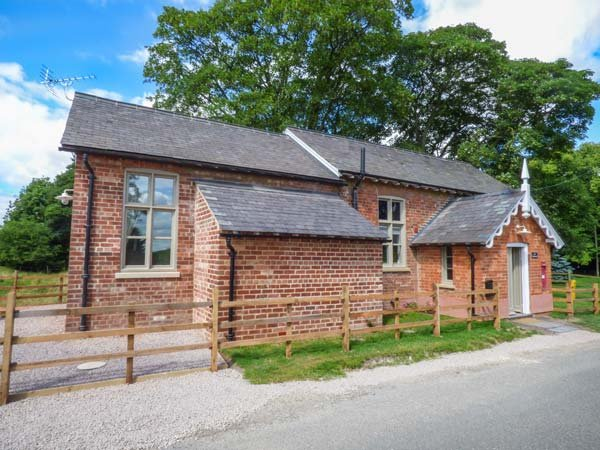THE OLD SCHOOL, detached school room conversion, woodburner, patio, Wragby, Ref, vacation rental in Newball