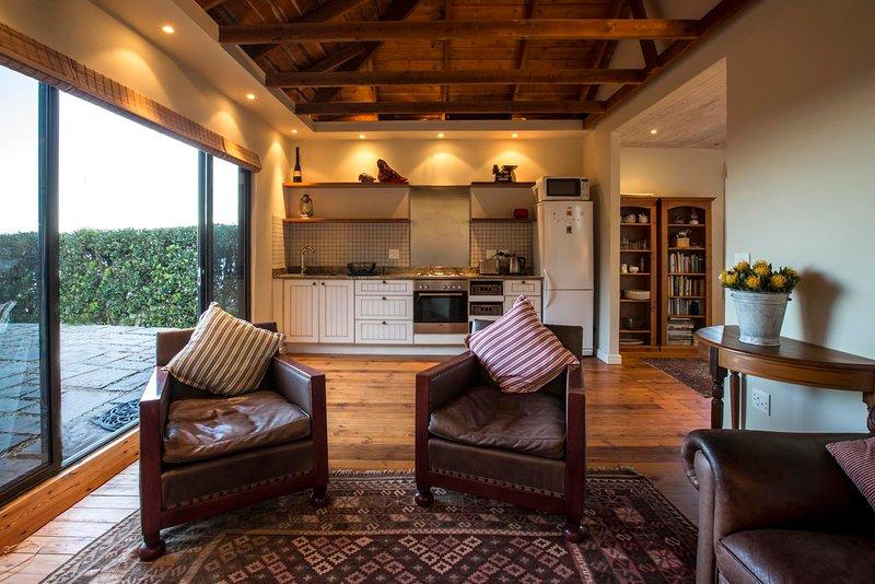 Thalassa Seaside Cottage in Nature Reserve, casa vacanza a Simon's Town