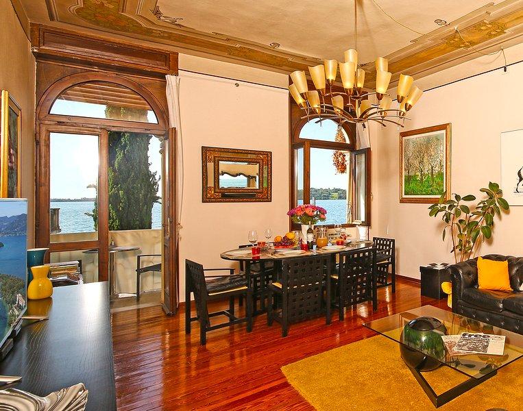 Luxury apartment with balconies overlooking lake Garda, AC, WIFI, for 8 people, holiday rental in Gardone Riviera