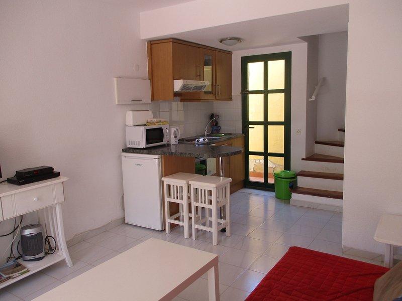 cucina con scale al primo piano