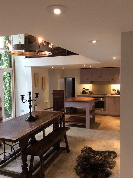Amplia cocina y comedor es ideal para entretener a amigos o familiares y tiene un fuego abierto
