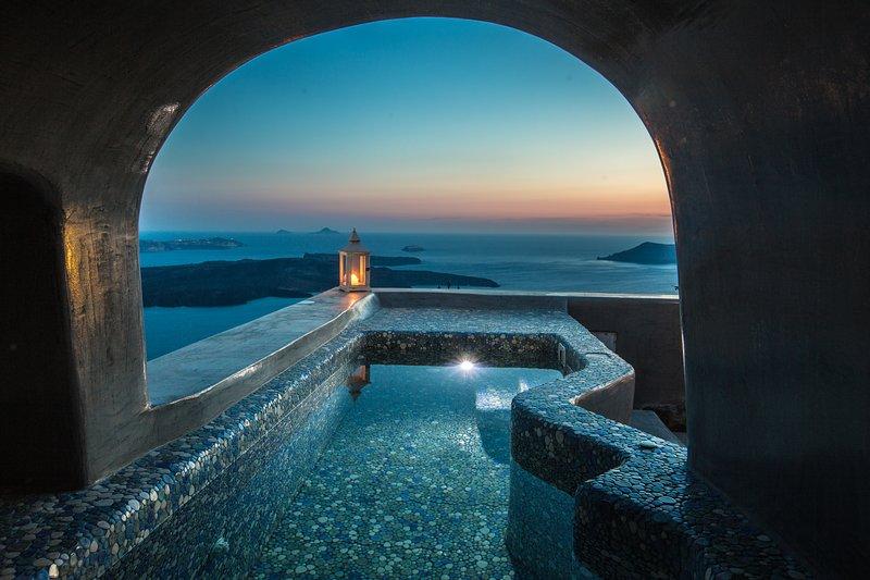 Luxury Cave Villa, Caldera View,  Outdoor Heated Plunge Pool, aluguéis de temporada em Santorini