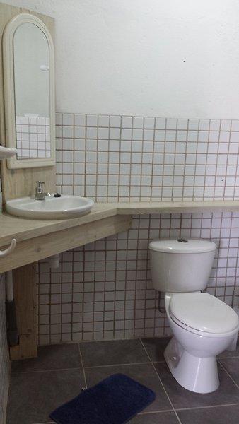 bagno compatto con doccia con acqua calda