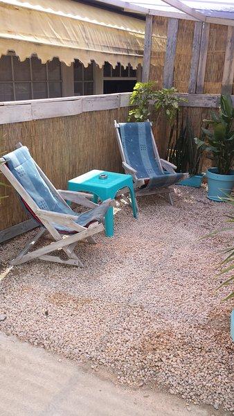 Il proprio accogliente terrazza con sedie pigri