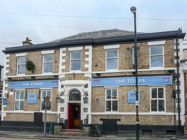 BUMBLEBEE, patio garden, first floor apartment, close to amenities, New Mills, holiday rental in Mellor