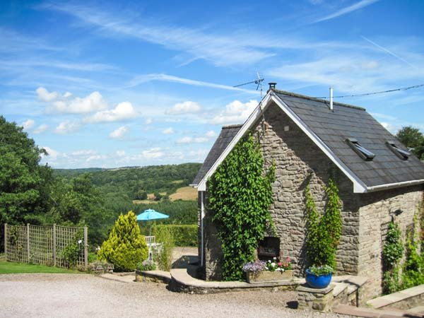 ROBIN'S BARN, spiral staircase, pet-friendly, use of tennis court, Penallt, Ref, holiday rental in Llandogo