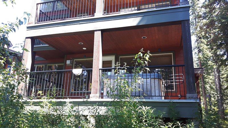 Grande, terraza privada con una caliente Tub.View privada desde el patio trasero