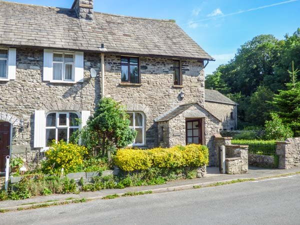 WILSON'S COTTAGE, end-terrace period cottage, WiFi, pet-friendly, in Sedgwick, holiday rental in Hincaster