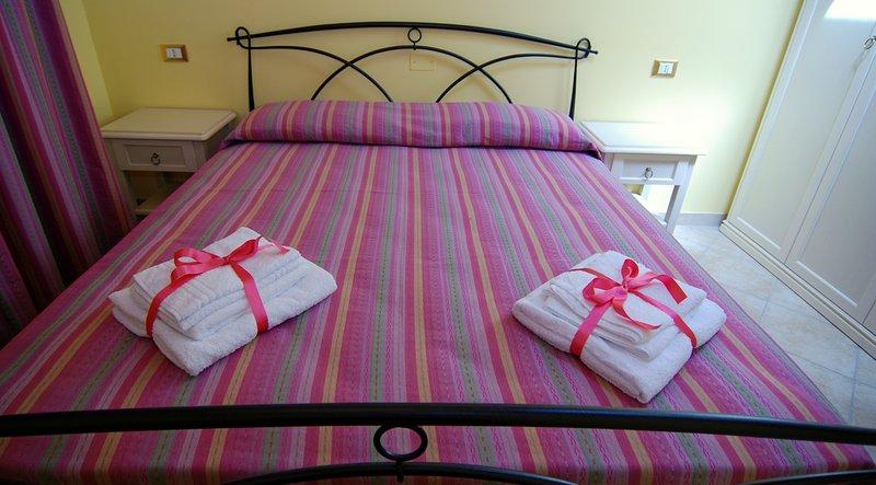 habitación doble con baño privado, equipadas con TV, aire acondicionado y Wi-Fi