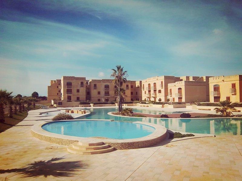 Otra piscina disponible en el sitio - el más grande en la isla de Malta.
