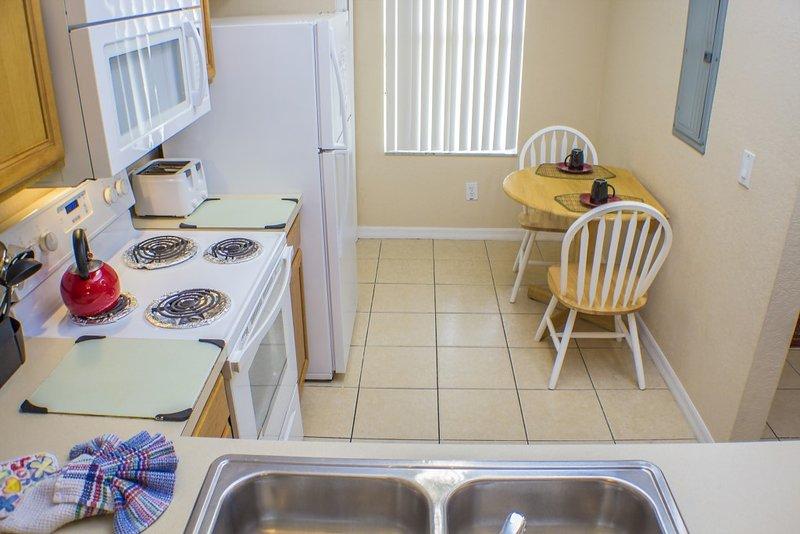 La cuisine entièrement aménagée et équipée
