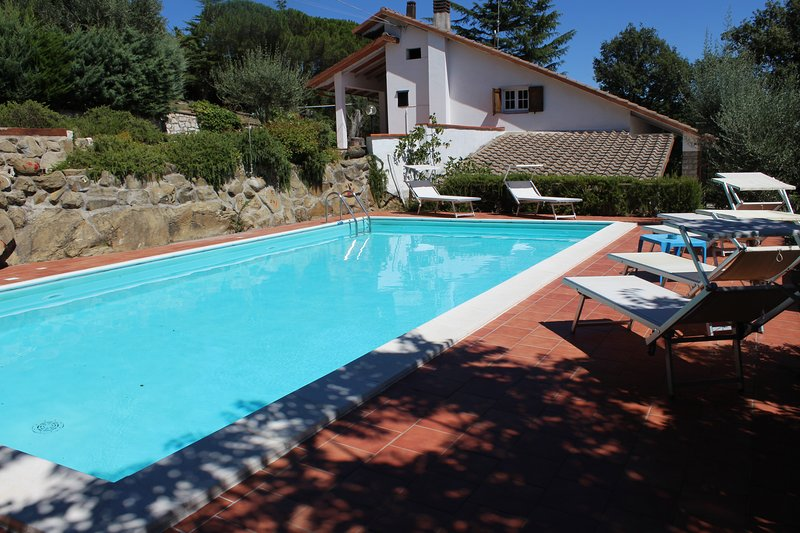 VILLA DEGLI ULIVI  TRASIMENO -LAKEVIEW- SWIMMING POOL- HOLIDAY RELAX, casa vacanza a Passignano Sul Trasimeno