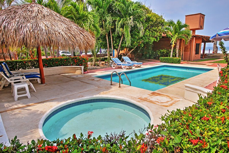 Pegar um bronzeado na piscina cintilante.