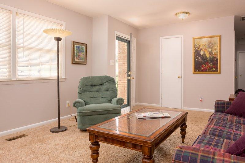 Rilassatevi nel salotto. Controllare la zona scrivania, ideale per i viaggiatori d'affari!
