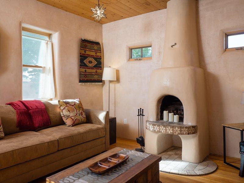 salón Casa Corina- con sofá cama y TV de pantalla grande y plana.