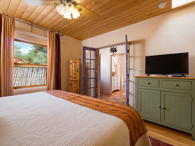 Dormitorio también equipada con TV de pantalla plana