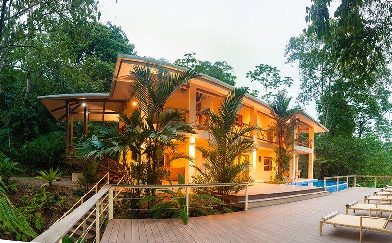 Villa con vistas parciales al mar rodeada de selva, 20 min.away Manuel Antoino P, alquiler vacacional en Playa Matapalo