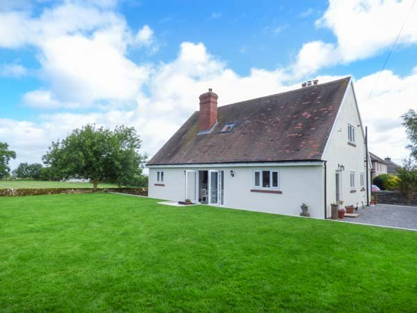 LEAHAY, lawned garden, ground floor bedrooms, short walk to pub, Matlock, Ref, holiday rental in Winster