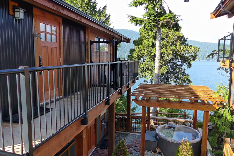 #100 On The Rocks / 1BR / Oceanfront / No Pet / Hot Tub