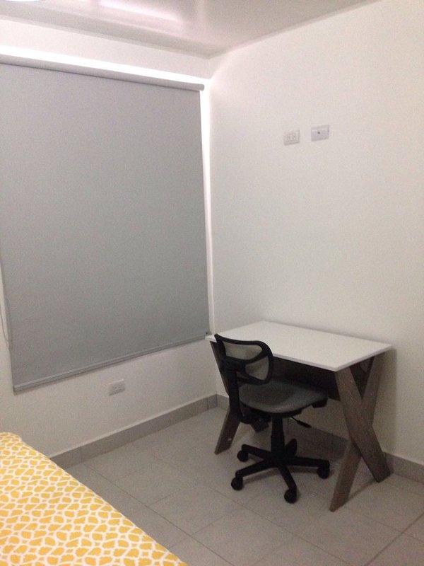 rolo mesa de trabalho e cortina