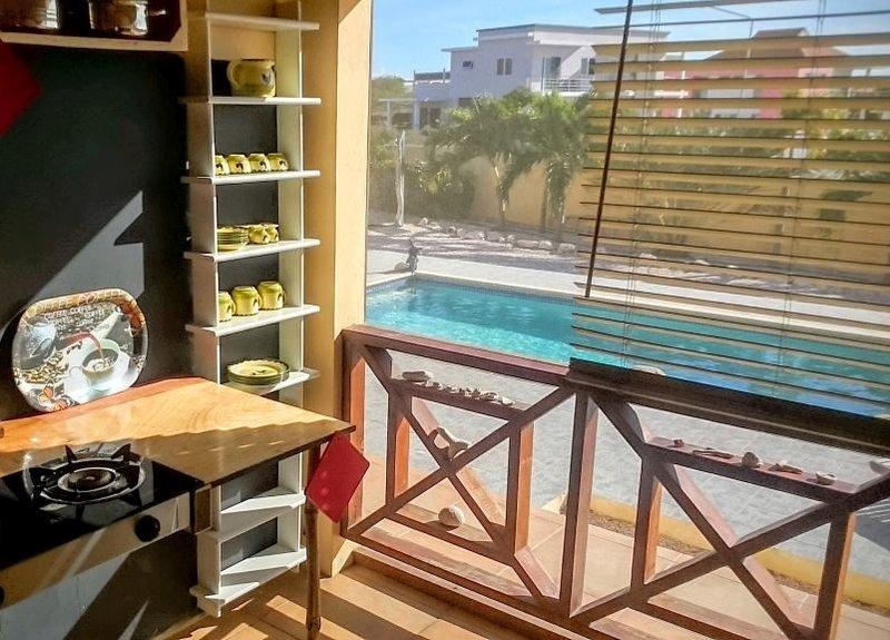 Tropenhuis Palmar - Apartamento Bon Bini - cocina con vistas a la piscina