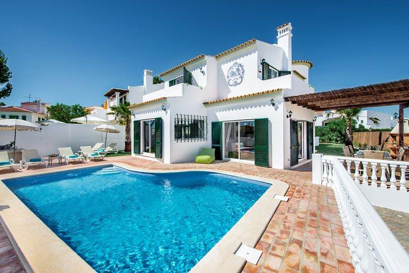 Vilamoura Old Village 4+1Bds slp 8-12 Luxury Villa All Beds can be singles, aluguéis de temporada em Quarteira
