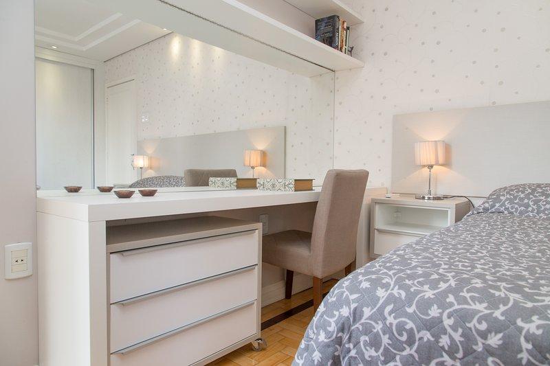 APARTAMENTO REDENÇÃO - 2 dormitórios com garagem privativa, holiday rental in Porto Alegre