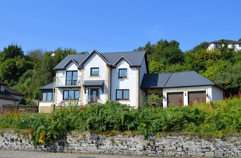 Luxury Clydeside Villa, sea views, sun lounge, decking area with hot-tub., location de vacances à Dunoon