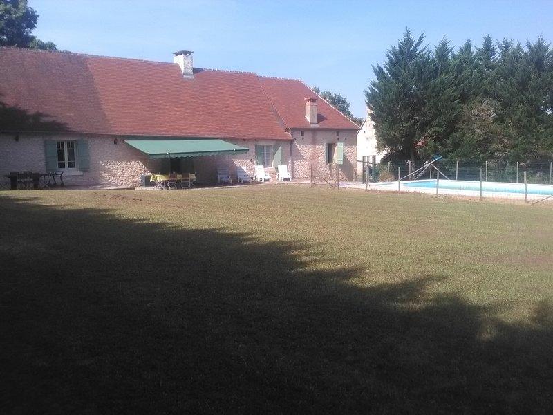 de volta para fora, jardim com grande terraço e piscina privada.
