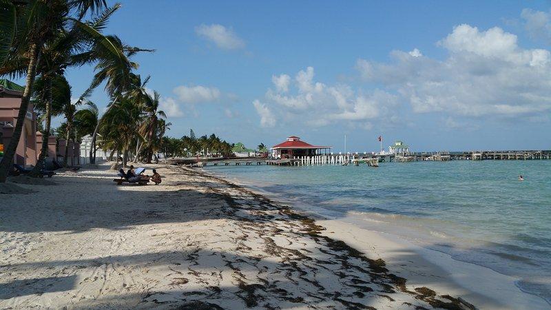 Stranden med Dyk butiken på piren. Endast 200 yards bort.