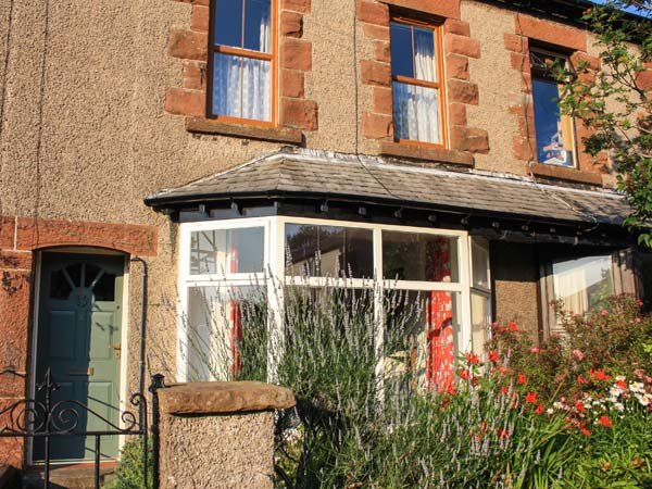 2 WEST VIEW, terraced cottage, WiFi, woodburner, close to amenities, garden, in, holiday rental in Cark