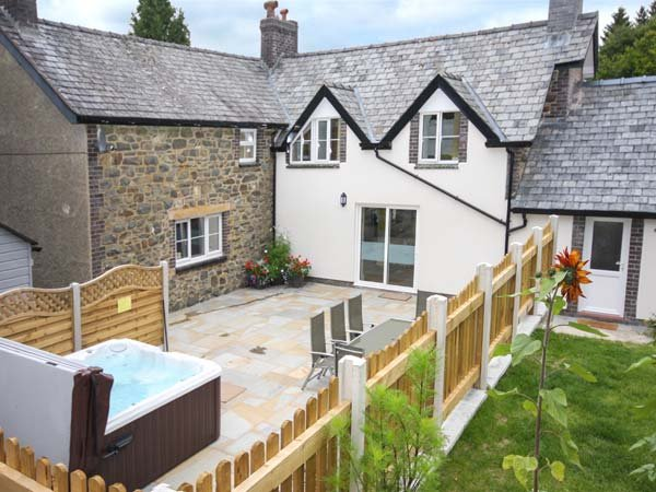 PARC COTTAGE, woodburners, pool table, rural location in forest, near Lake, holiday rental in Llanwddyn