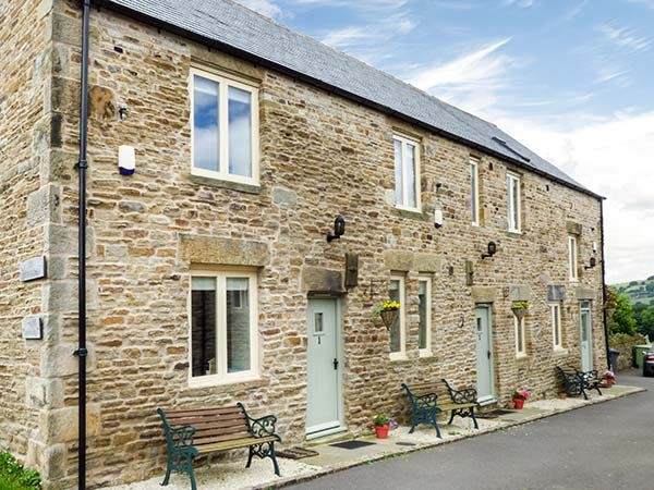 RUMBLINGS 2, character terraced cottage, woodburner, off road parking, in, vacation rental in Dore