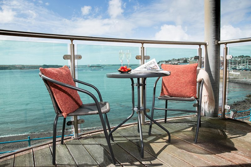 Sea Front Marina Apartment on Pembrokeshire Coast, holiday rental in Herbrandston