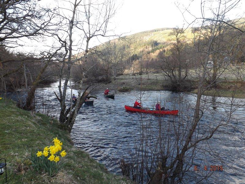 Piragüistas desde Loch Voil remar por el río Balvaig a Loch Lubnaig