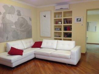 Habitación con un sofá cama ..