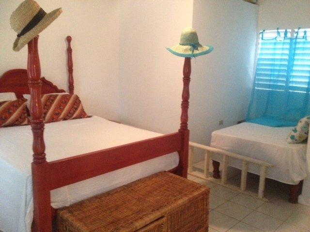 Suite de CA dormitorio 16x 16 '- rey y cama doble. w baño con azulejos de baño de agua caliente. Armario-escritorio-