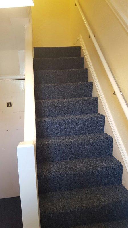 cage d'escalier communal menant au 1er étage et un accès privé à l'appartement