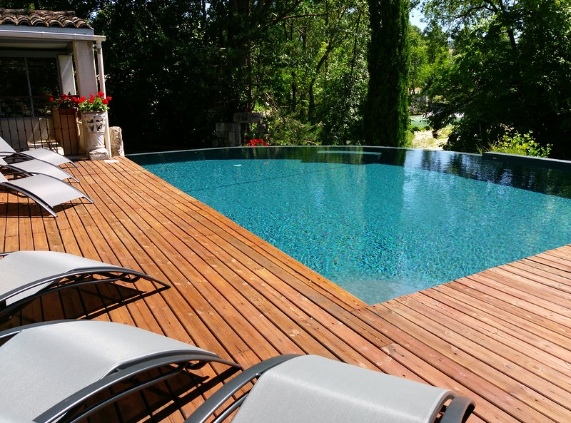 The large terrace with swimming pool