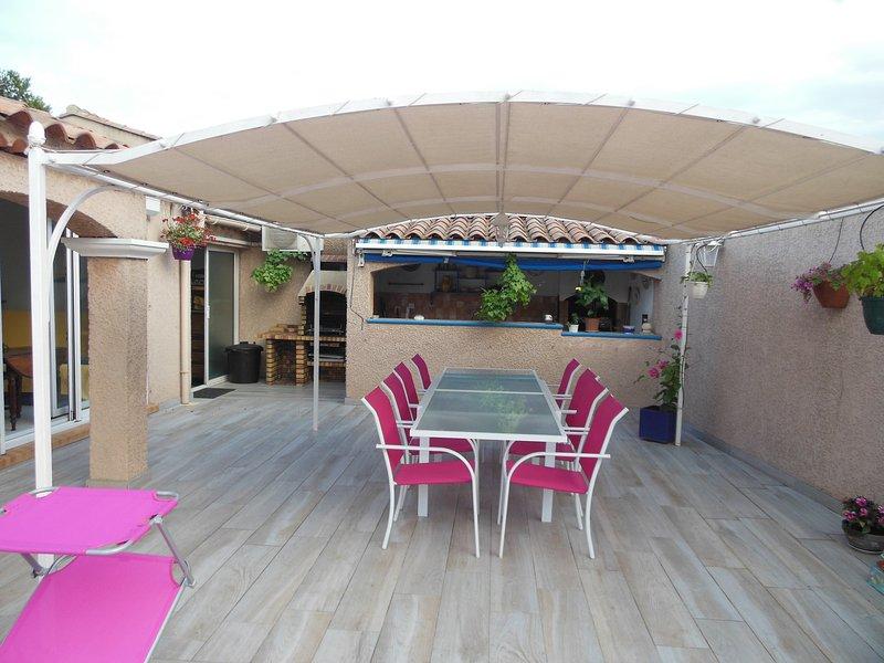 Terrasse côté piscine et cuisine d'été avec barbecue et 2 planchas