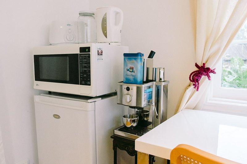 Nevera, microondas, tostadora, máquina de café, hervidor de agua, etc.