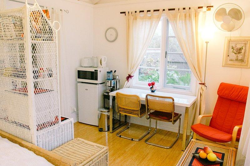 El estudio es compacto, ligero y aireado y tiene un sueño, comedor, áreas de estar + baño pequeño.