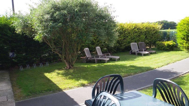 Overview garden, sun terrace and bike rack