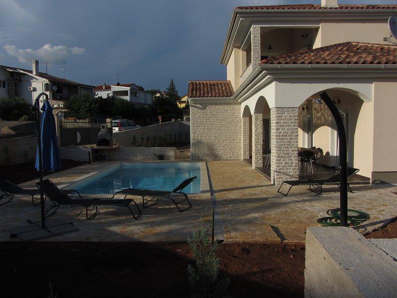 Villa SIRENA 5*, 900 m de la mer, piscine, spa, 4 chambres, 4 salles d'eau – semesterbostad i Krk