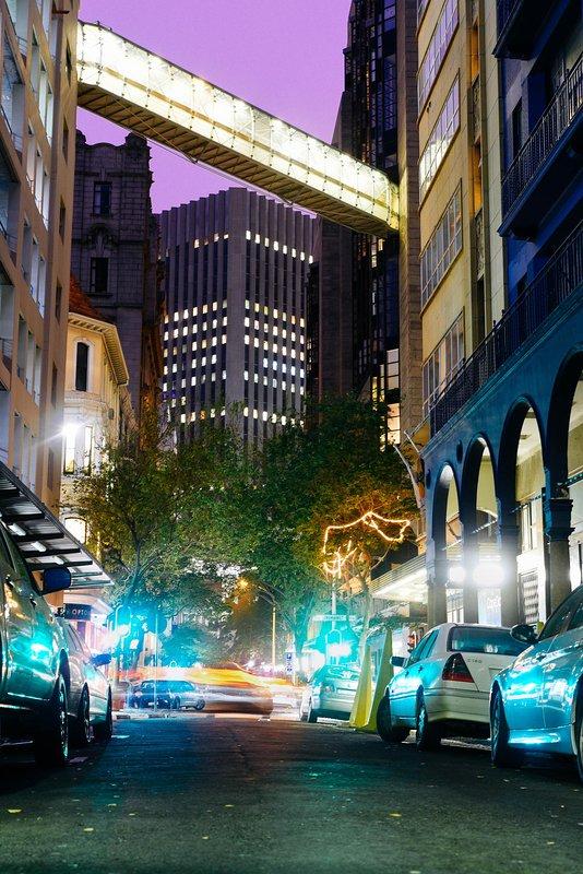 Luces de la ciudad en la calle Parlamento, donde la entrada de su edificio de apartamentos está.
